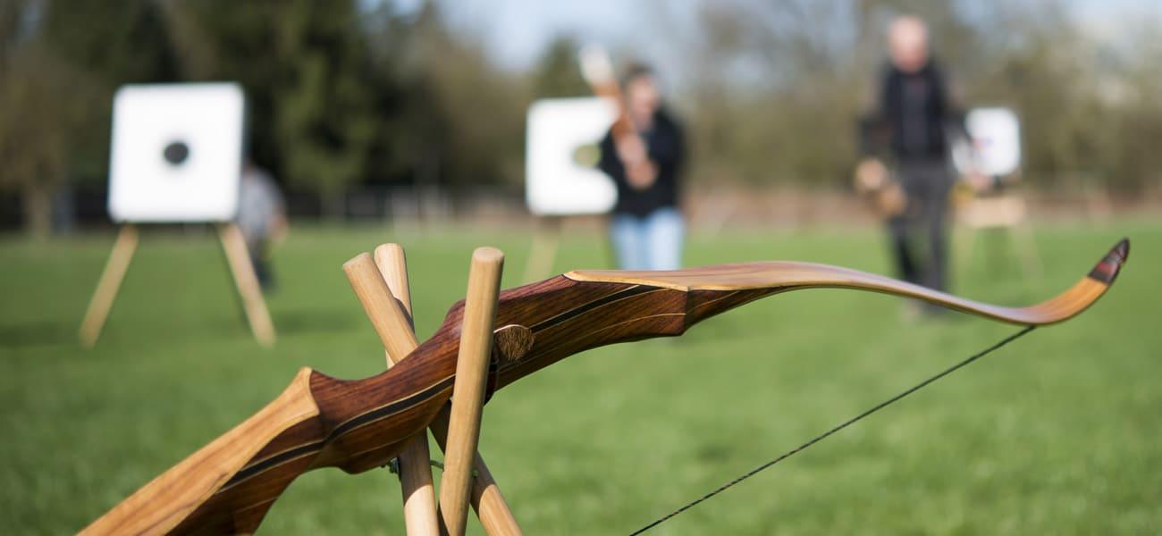 Traditionneller Pfeil und Bogen